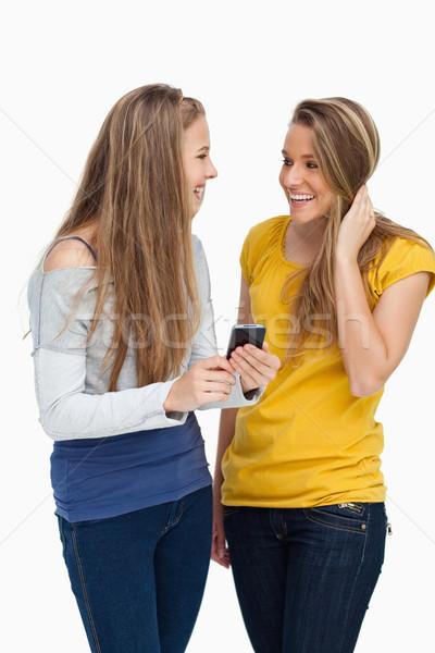 Dos mujeres estudiante riendo teléfono celular Foto stock © wavebreak_media