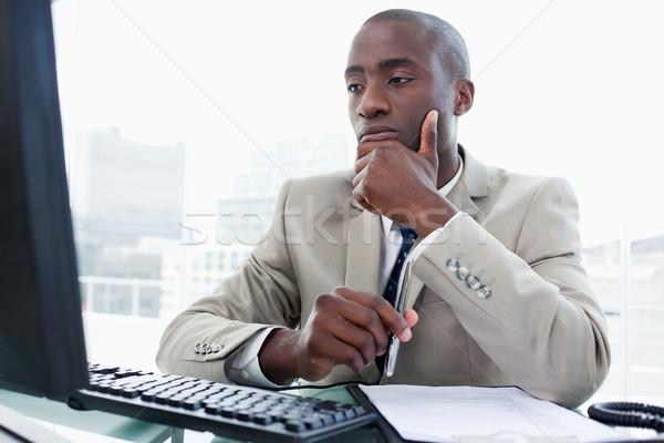 Poważny przedsiębiorca pracy komputera biuro człowiek Zdjęcia stock © wavebreak_media