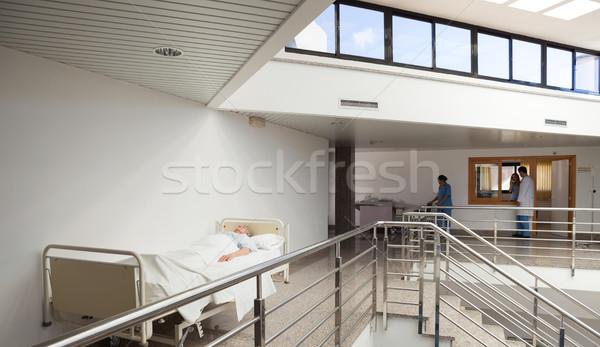 Pacjenta bed szpitala korytarz człowiek lekarza Zdjęcia stock © wavebreak_media