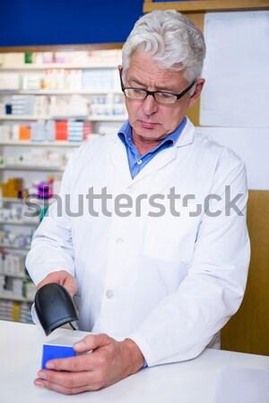 Сток-фото: фармацевт · окна · таблетки · указывая · счастливым