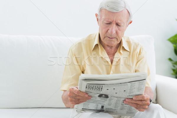 пожилого концентрированный человека чтение газет диван Сток-фото © wavebreak_media