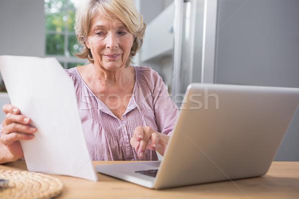 Poupe utilisant un ordinateur portable lecture fichier ordinateur Photo stock © wavebreak_media