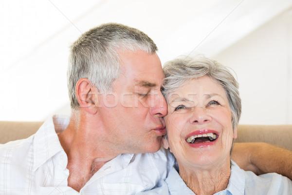 Altos hombre besar feliz esposa sesión Foto stock © wavebreak_media
