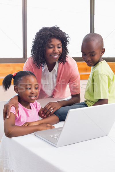 Cute broers en zussen met behulp van laptop samen moeder home Stockfoto © wavebreak_media