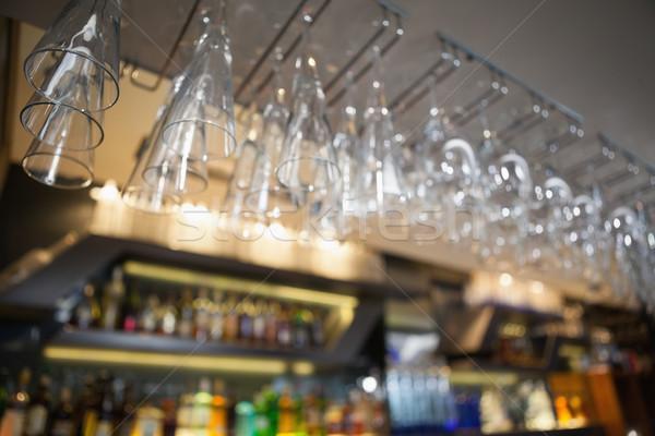 Wiele kieliszki do wina wiszący powyżej bar nightclub Zdjęcia stock © wavebreak_media