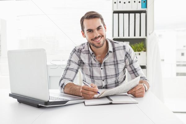 Geschäftsmann schriftlich Zeitung Büro Computer Stock foto © wavebreak_media