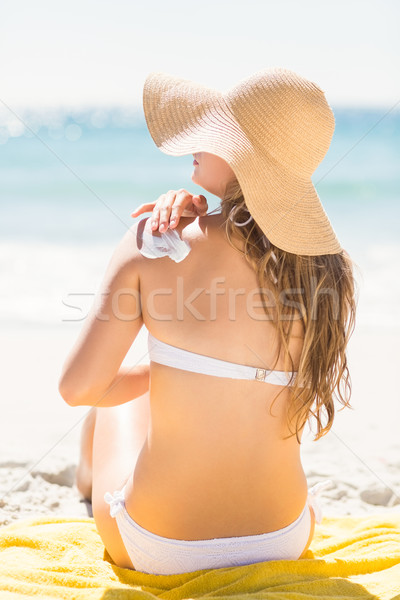 Bastante mulher loira sol loção ombro Foto stock © wavebreak_media