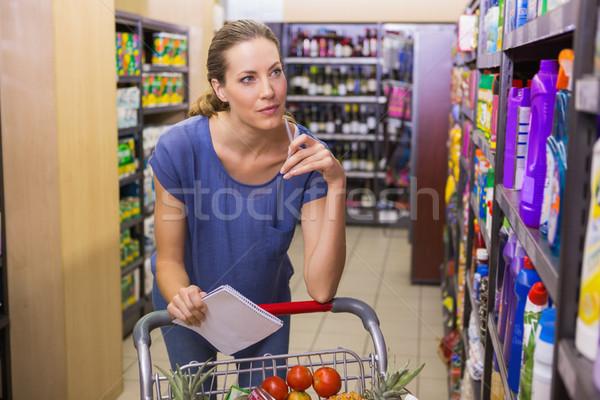 Mujer bonita mirando producto plataforma comestibles Foto stock © wavebreak_media
