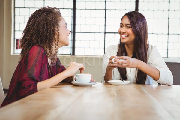 Vrouwelijke vrienden koffie twee glimlachend coffeeshop Stockfoto © wavebreak_media