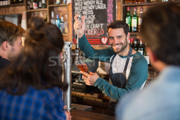 Glimlachend barman bier glas klanten Stockfoto © wavebreak_media