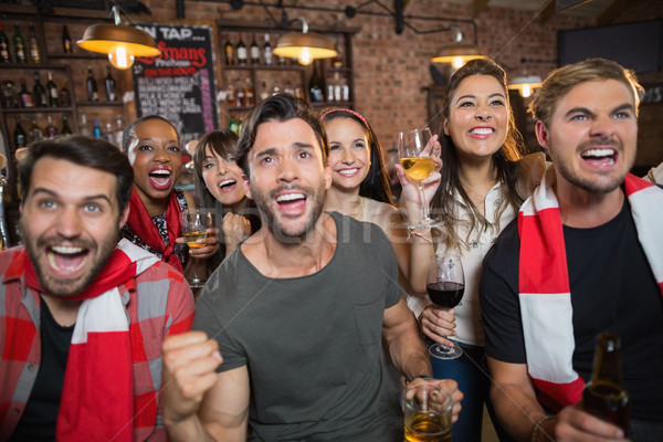 Alegre amigos pub bebidas Foto stock © wavebreak_media