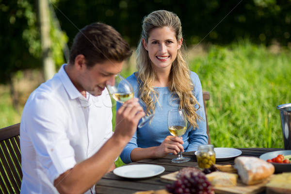 Glimlachend paar wijnglazen tabel vergadering Stockfoto © wavebreak_media