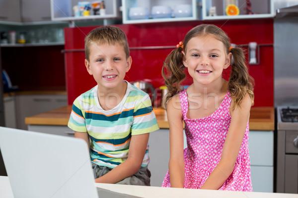 Stock fotó: Portré · mosolyog · testvérek · laptop · konyha · otthon
