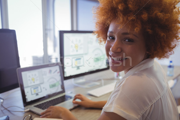 Portret vrouwelijke grafische ontwerper werken kantoor Stockfoto © wavebreak_media