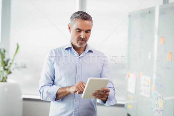 Stockfoto: Aandachtig · uitvoerende · digitale · tablet · kantoor · man