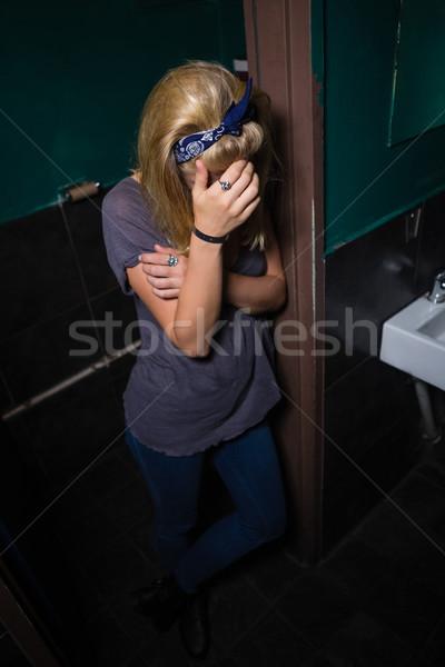 Stock foto: Bewusstlos · Frau · stehen · Waschraum · betrunken · bar