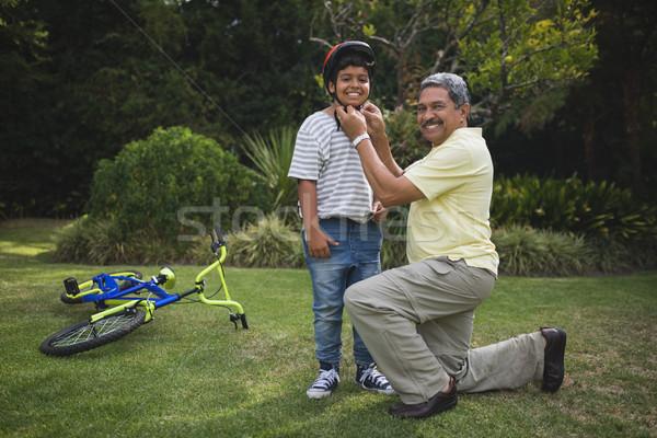 Ritratto nonno aiutare nipote indossare bicicletta Foto d'archivio © wavebreak_media