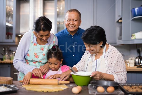 портрет улыбаясь человека семьи кухне Сток-фото © wavebreak_media
