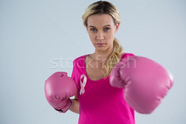 Portret młoda kobieta rękawice bokserskie stałego szary kobieta Zdjęcia stock © wavebreak_media