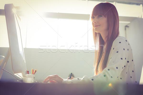 улыбающаяся женщина графика таблетка улыбаясь служба бизнеса Сток-фото © wavebreak_media