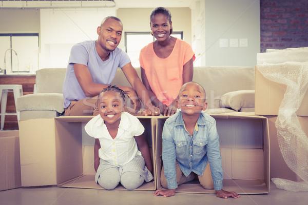 Lezser boldog család pózol doboz nappali boldog Stock fotó © wavebreak_media