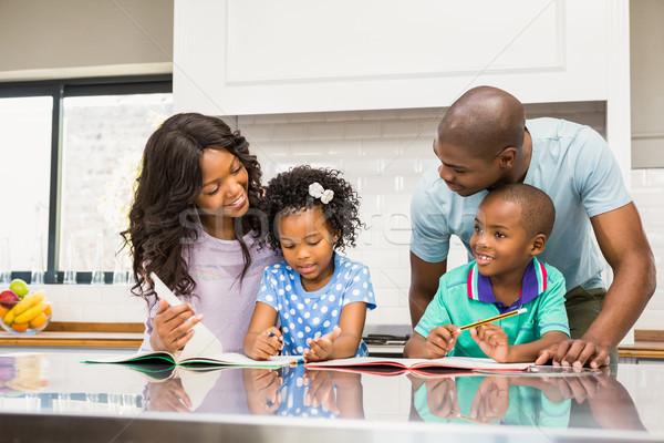 Padres ayudar ninos deberes cocina mujer Foto stock © wavebreak_media