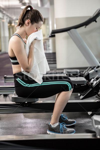 Cansado mujer dibujo máquina sudar gimnasio Foto stock © wavebreak_media