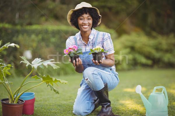 Femme souriante jardin fleurs femme Photo stock © wavebreak_media