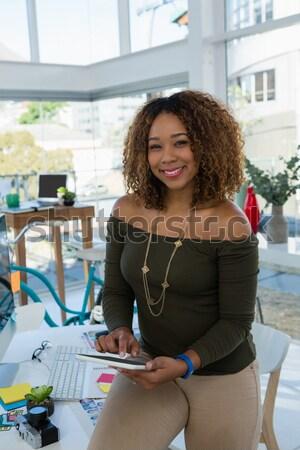 Portre güzel bir kadın dizüstü bilgisayar kullanıyorsanız tablo ev Internet Stok fotoğraf © wavebreak_media