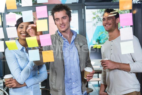 Collega's naar sticky notes kantoor man gelukkig Stockfoto © wavebreak_media