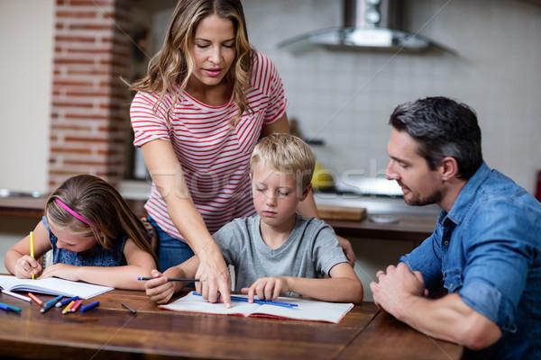 Parents aider enfants devoirs livre maison Photo stock © wavebreak_media