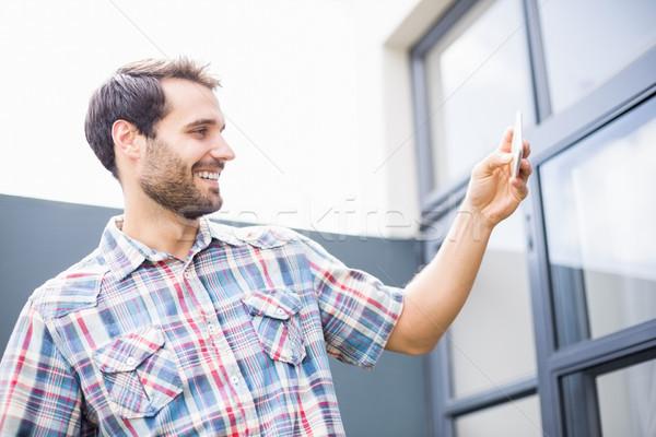 Hombre teléfono móvil pie terraza teléfono Foto stock © wavebreak_media