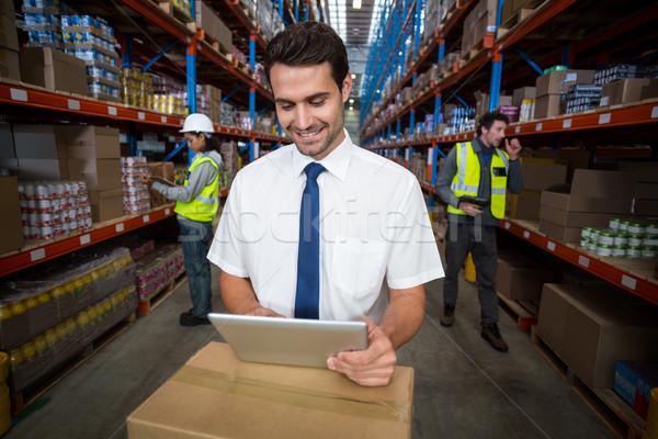 üzlet munkás néz digitális tabletta raktár Stock fotó © wavebreak_media