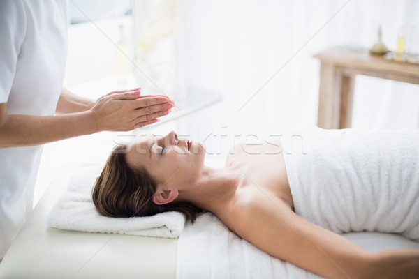 Terapeuta realizar reiki mujer spa salud Foto stock © wavebreak_media