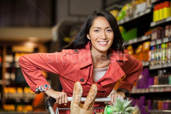 Mujer cesta de la compra orgánico supermercado Foto stock © wavebreak_media