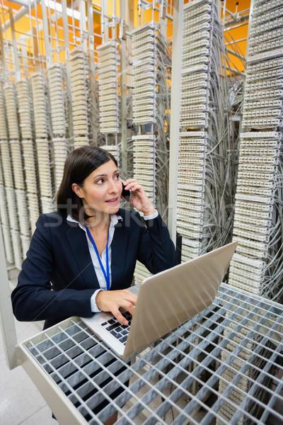 Técnico hablar teléfono móvil servidor habitación usando la computadora portátil Foto stock © wavebreak_media
