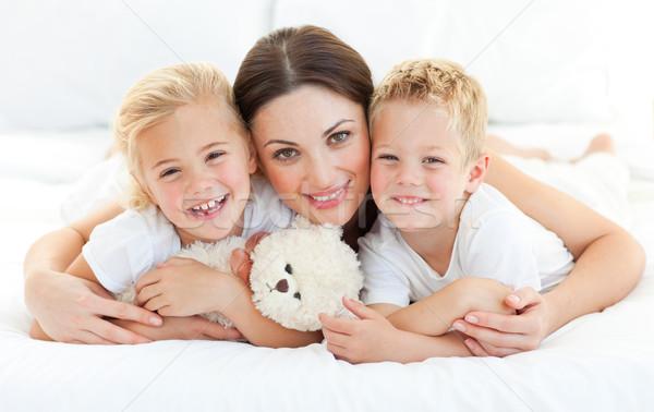 Testvérek anya ágy otthon család lány Stock fotó © wavebreak_media