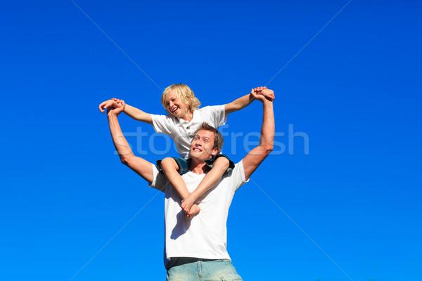 Foto stock: Juventude · sessão · ombros · sorridente · praia · mãos