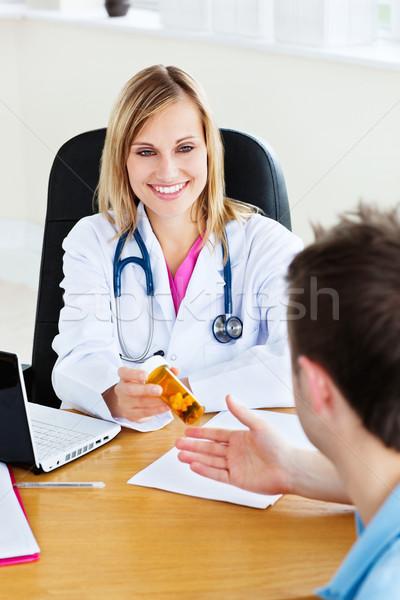 Stok fotoğraf: Gülen · doktor · hapları · hasta · çalışmak · tıbbi