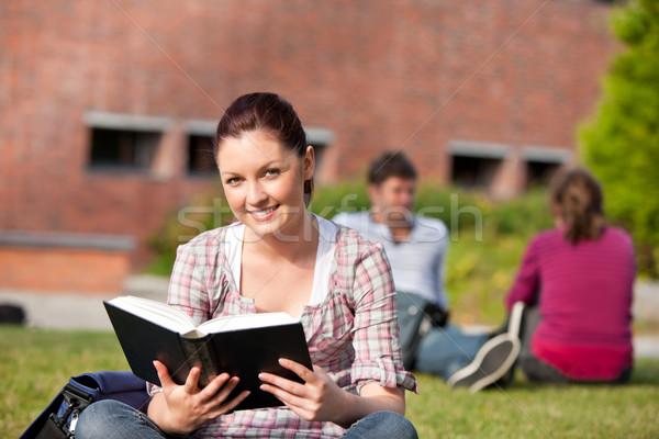 Encantado feminino estudante leitura livro sessão Foto stock © wavebreak_media