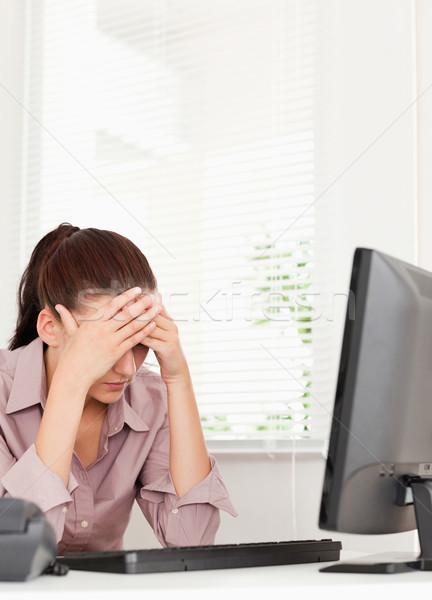 Frustré femme d'affaires séance bureau affaires main Photo stock © wavebreak_media