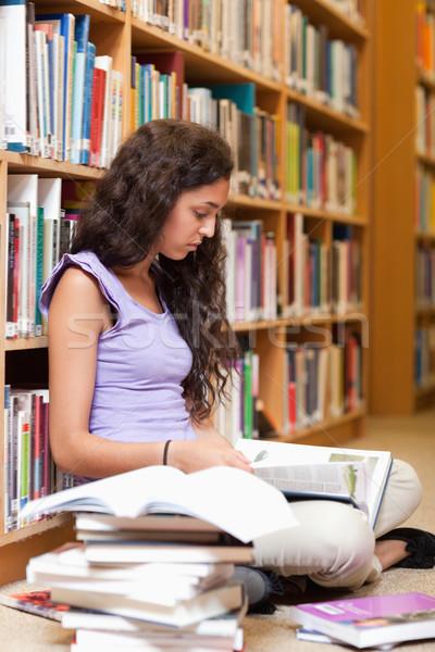 Portré komoly diák olvas könyv könyvtár Stock fotó © wavebreak_media