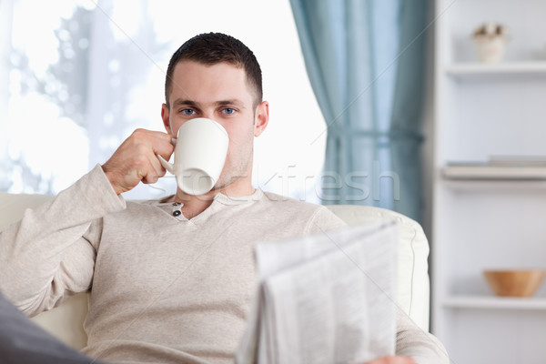 Homem bonito chá leitura notícia sala de estar papel Foto stock © wavebreak_media
