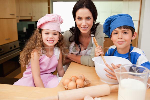 Madre bambini cookies insieme felice cucina Foto d'archivio © wavebreak_media