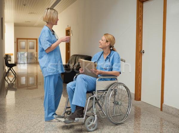 Enfermeira beber falante cadeira de rodas dobrador hospital Foto stock © wavebreak_media