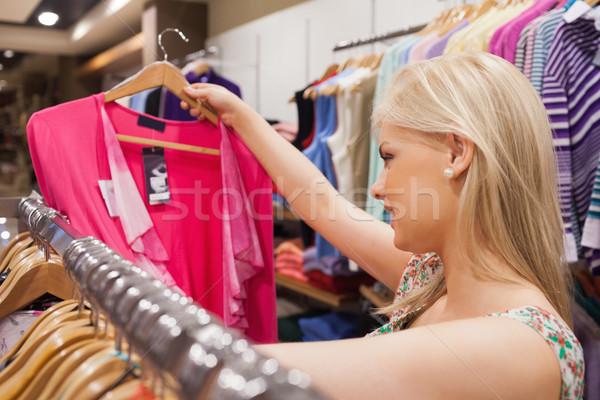 Mulher olhando roupa boutique em pé Foto stock © wavebreak_media