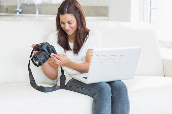 Morena fotos câmera sala de estar casa laptop Foto stock © wavebreak_media