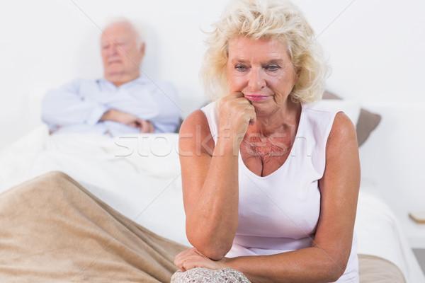 Oude vrouw vergadering bed oude man slapen vrouw Stockfoto © wavebreak_media