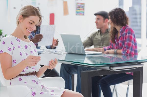 Szerkesztő tart tabletta mosolyog csapat mögött Stock fotó © wavebreak_media