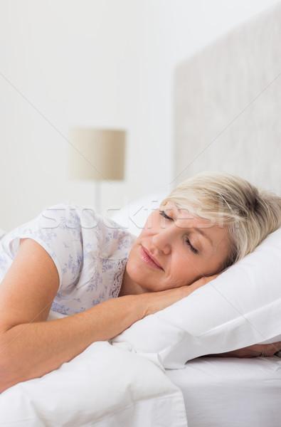 Donna matura dormire letto bella casa Foto d'archivio © wavebreak_media